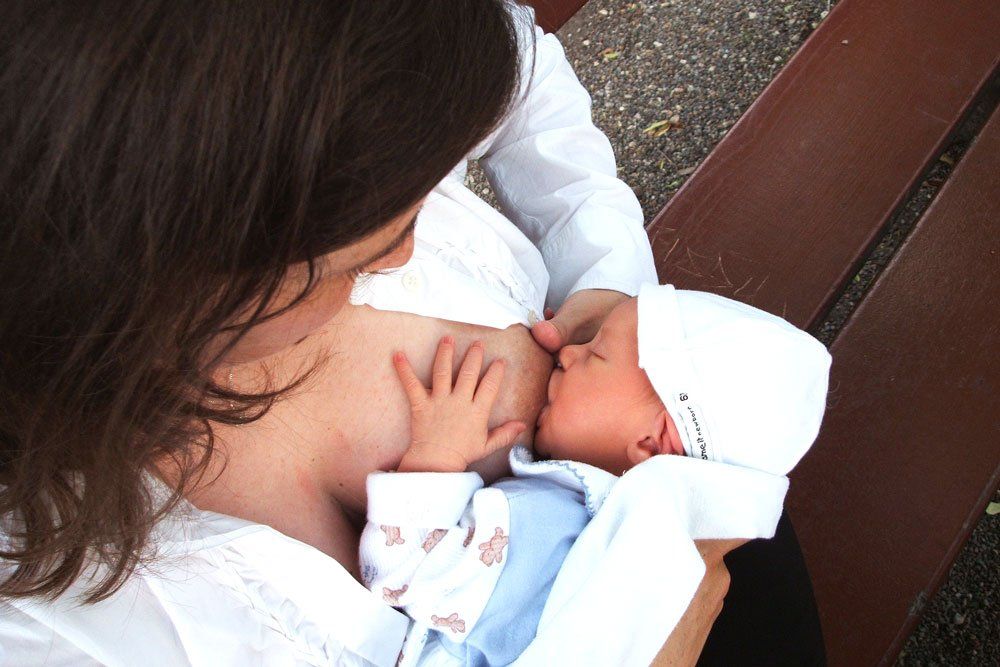 nipple pain while breastfeeding causes and solutions